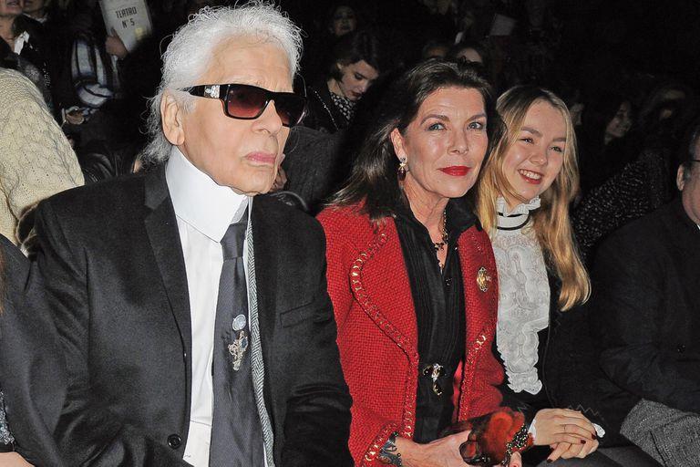 Madre e hija compartieron más de una primera fila con Karl Lagerfeld. El diseñador alemán era íntimo de Carolina.
