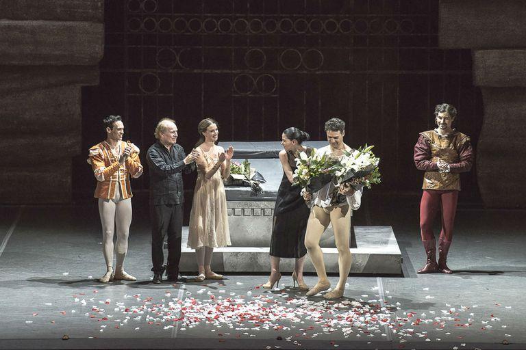 Al final de la función, el bailarín recibió varios ramos; entre ellos de Paloma Herrera, directora del Ballet Estable del Teatro Colón