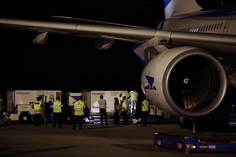 El vuelo proveniente desde China arribó esta noche a las 21.21