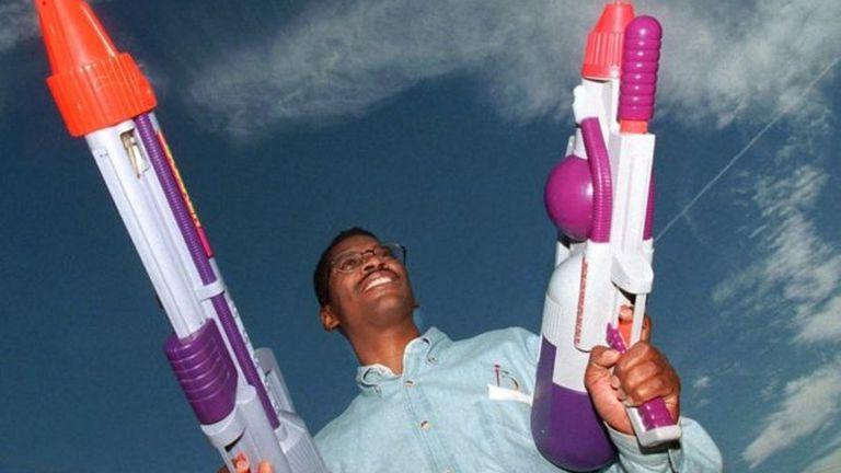 """Lonnie Johnson con dos """"Super Soakers"""" inventadas por él"""