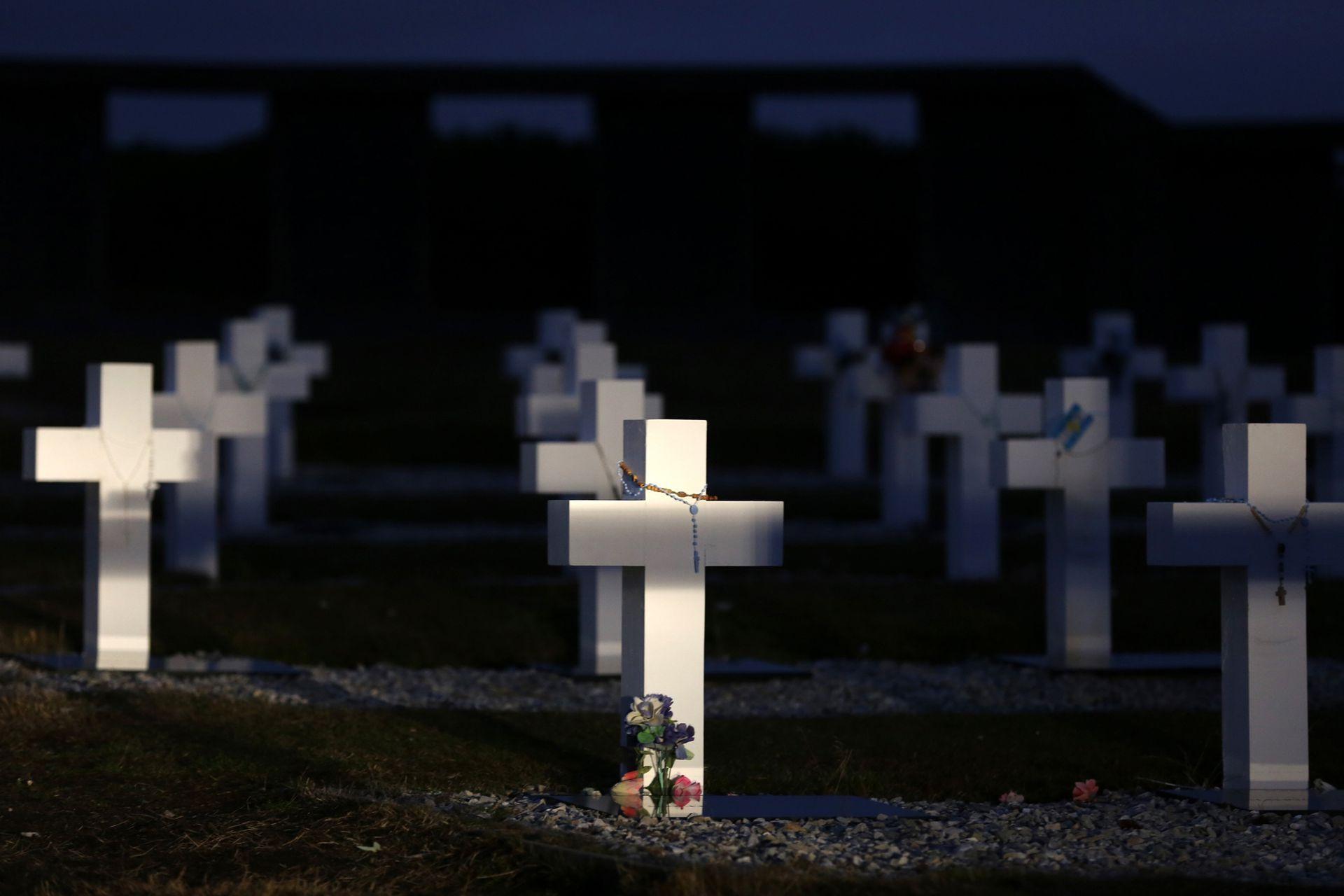 Infaltable visita al cementerio de Darwin, donde descansan los combatientes argentinos