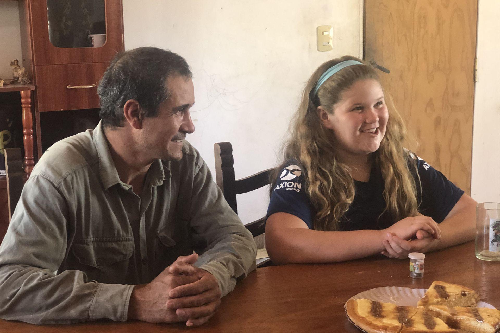 Bianca y Ramón, su papá, toman la merienda. Él le transmitió su amor por los animales y le enseñó a cuidar a los pollos de la granja