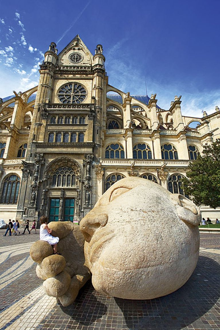 Te escucho. Al frente de la Iglesia Saint Eustache, una monumental escultura de Henri de Miller, llamada L'Écoute