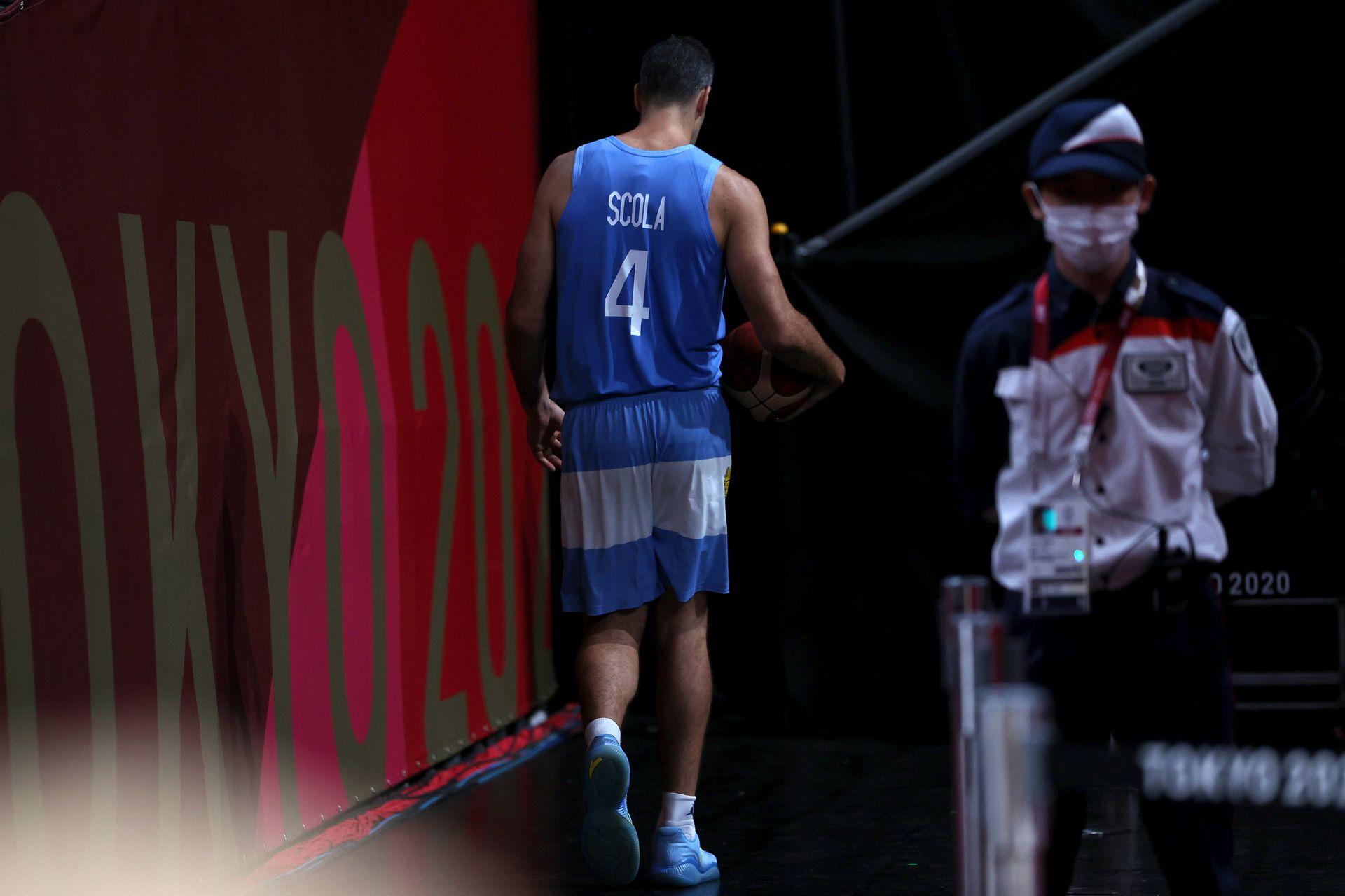 Luis Scola camina por el túnel luego de la derrota de Argentina en los Juegos Olímpicos de Tokio 2020 en Saitama Super Arena el 3 de agosto de 2021, Japón