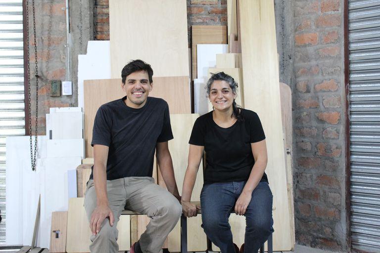 Sebastián Ostojic y Mariela Cartechini, creadores de Taller Fuerzas, en su lugar de trabajo en Villa Tesei