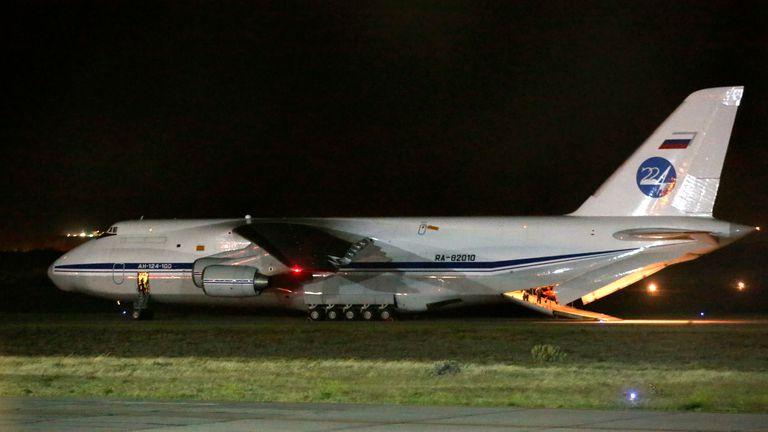 El avión aterrizó a las 22.05 en la pista de la base militar de Comodoro Rivadavia