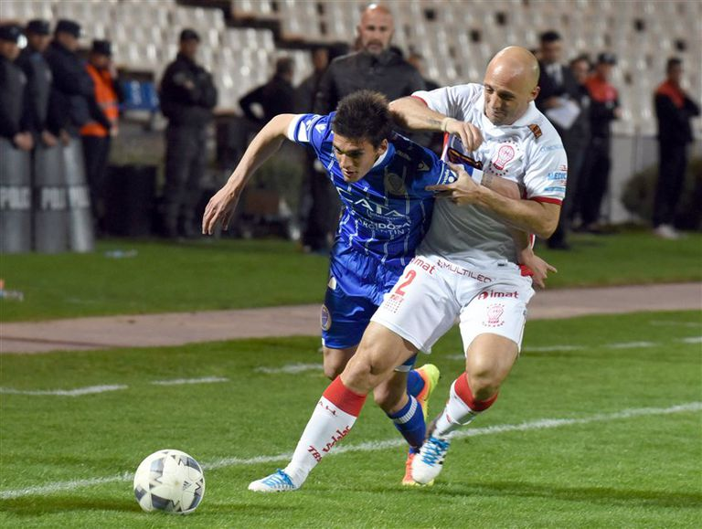 Mancinelli, con esfuerzo, frena un avance de Garro, delantero de Godoy Cruz