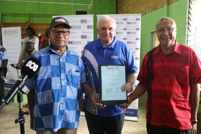 John Momis (izquierda), presidente de la región de Bougainville