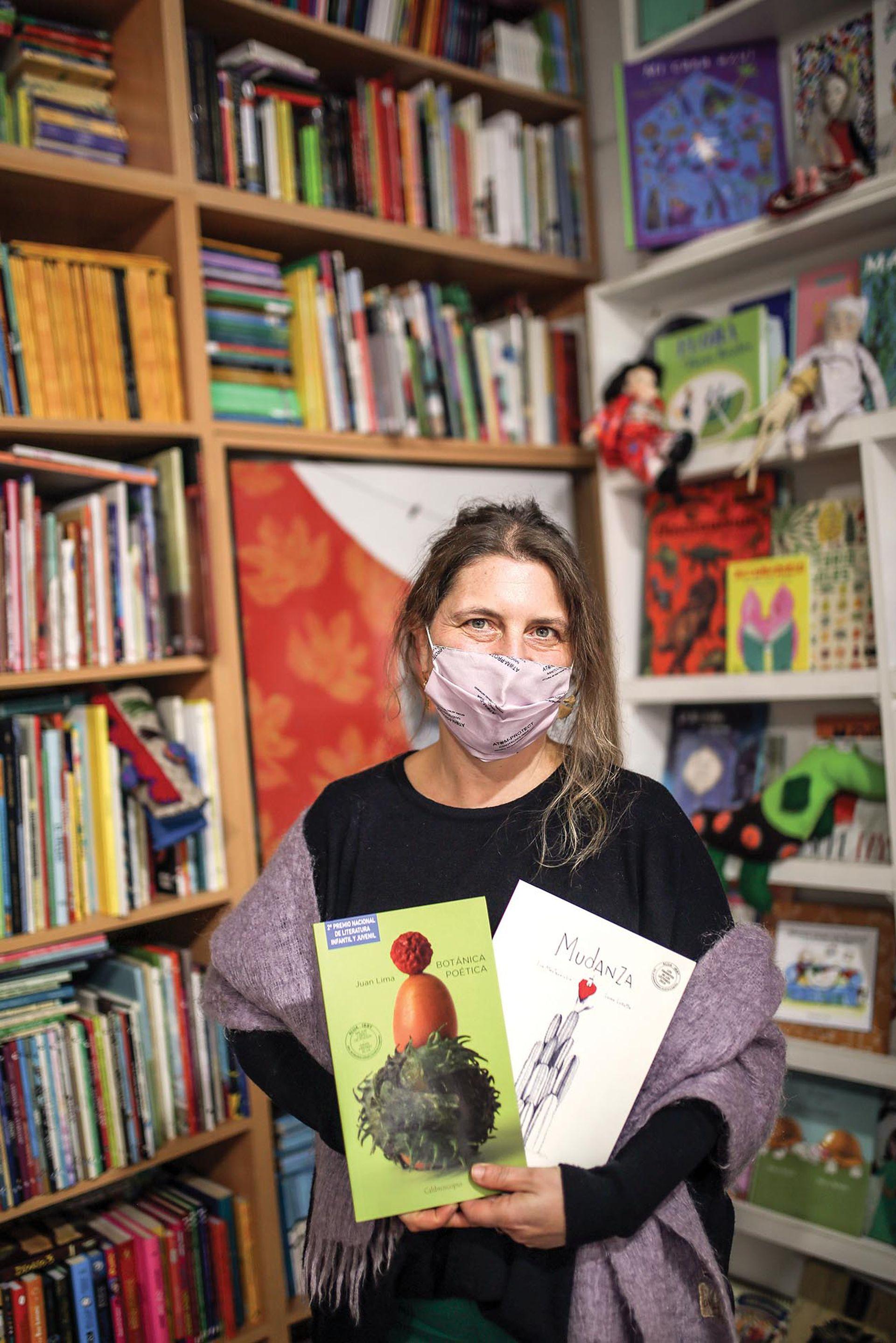 """Judith (49). Librería: El libro de Arena, Villa Crespo. ¿Qué es lo que más te gusta del oficio? """"Me encanta juntar libros y lectores, saber qué le puede gustar a un lector particular y recomendarle. Generar esos encuentros""""."""