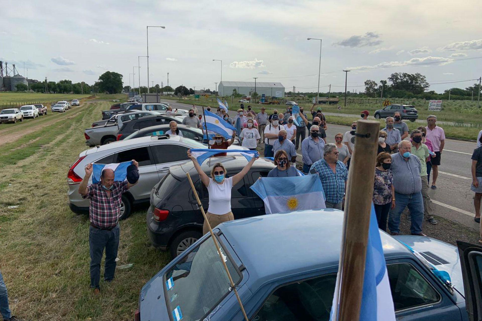 A la vera de la ruta, los productores rurales de Bragado se reunieron para protestar contra el avasallamiento del Gobierno a la Justicia