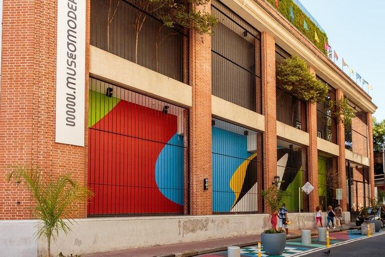 """""""Plano Inesperado"""", el mural de Elián Chali en la fachada del Museo de Arte Moderno"""