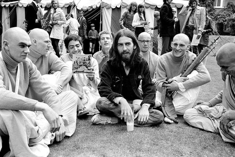George Harrison en Londres con miembros del Radha Krishna Temple en 1969, el año que empezó a grabar con ellos