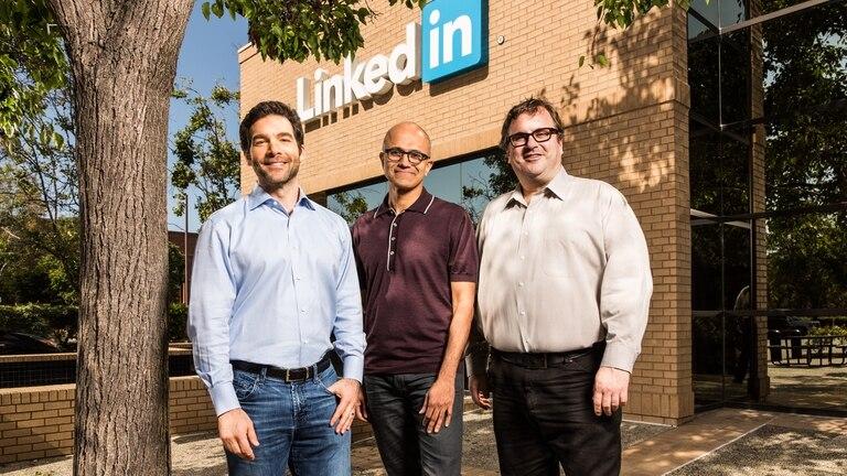 Satya Nadella (centro), CEO de Microsoft, junto a Jeff Weiner (izq, CEO de LinkedIn) y Reid Hoffman (fundador de LinkedIn, derecha)