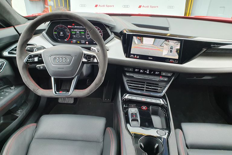 Elegancia deportiva. Equipamiento premium y detalles únicos en el interior de este Audi RS e-tron GT