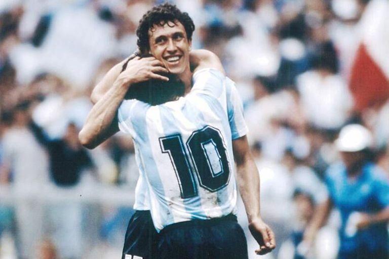 Jorge Valdano abraza a Diego Maradona durante el Mundial de México 86