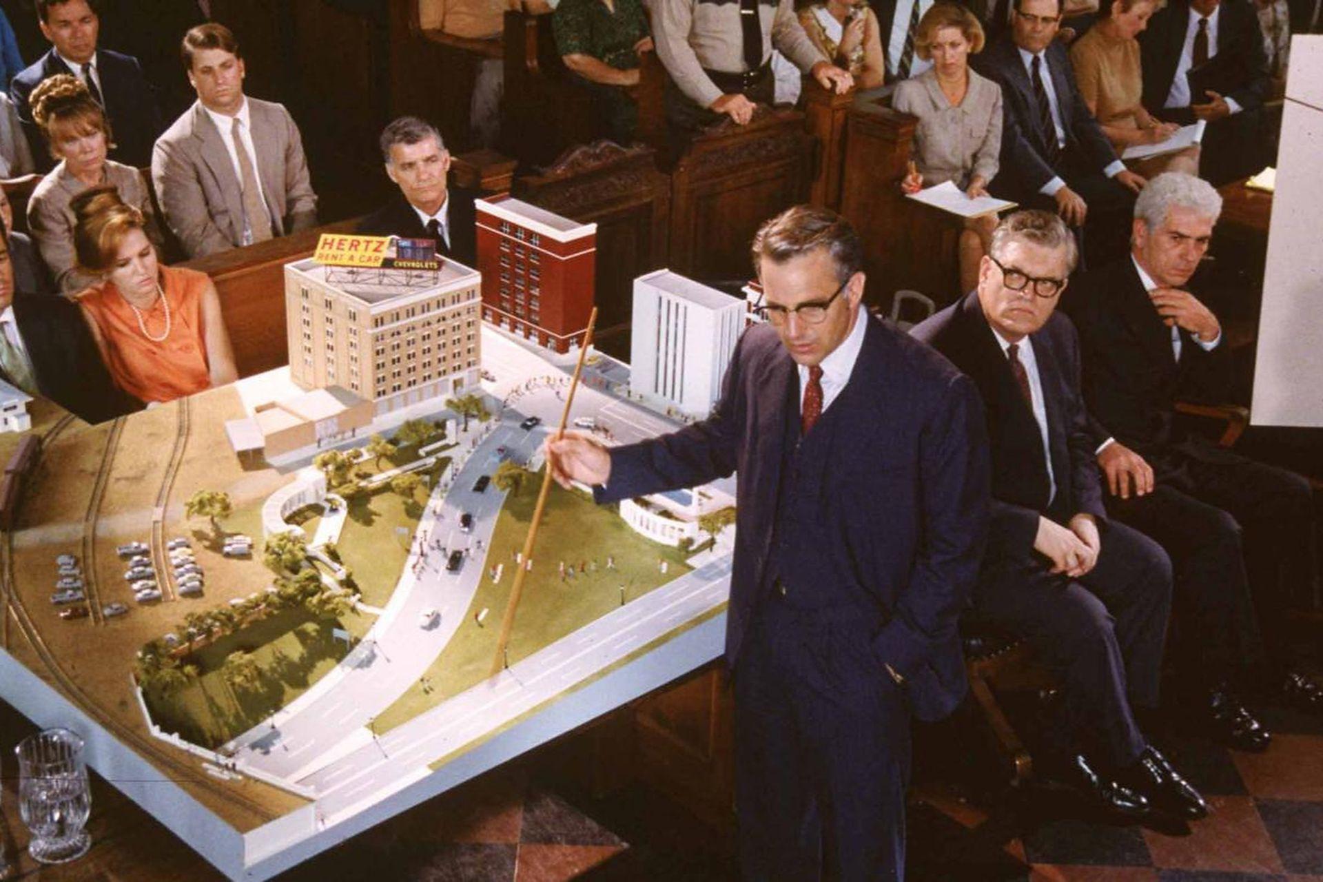 En JFK, Costner encarna al fiscal Jim Garrison, encargado de investigar el asesinato de Kennedy