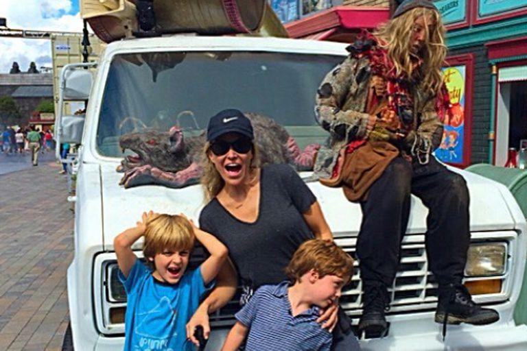 Brooke Mueller junto a los gemelos vistando los estudios de Universal en 2015.
