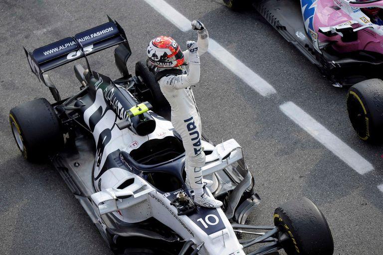 El piloto francés de AlphaTauri, Pierre Gasly, se para en su automóvil mientras celebra ganar el Gran Premio de Fórmula Uno de Italia en el circuito Autodromo Nazionale en Monza