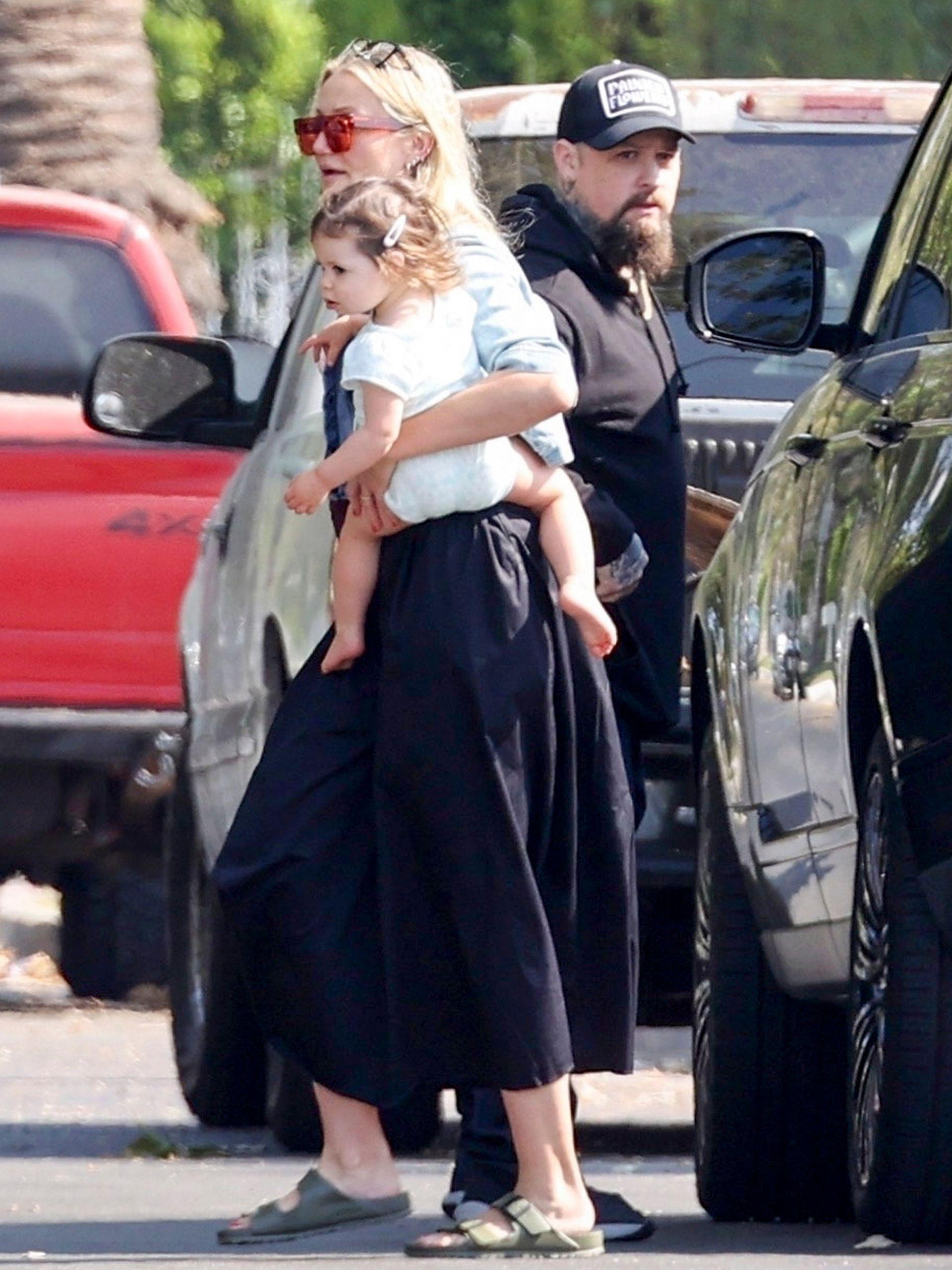 Cameron Diaz, su esposo Benji Madden y su hija Raddix fueron fotografiados mientras salían a desayunar en Los Ángeles