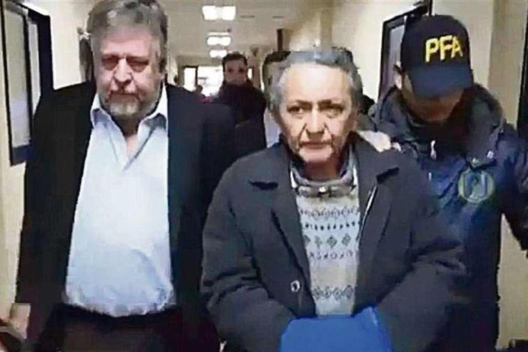 El chofer Oscar Centeno, al ser trasladado junto al fiscal Carlos Stornelli