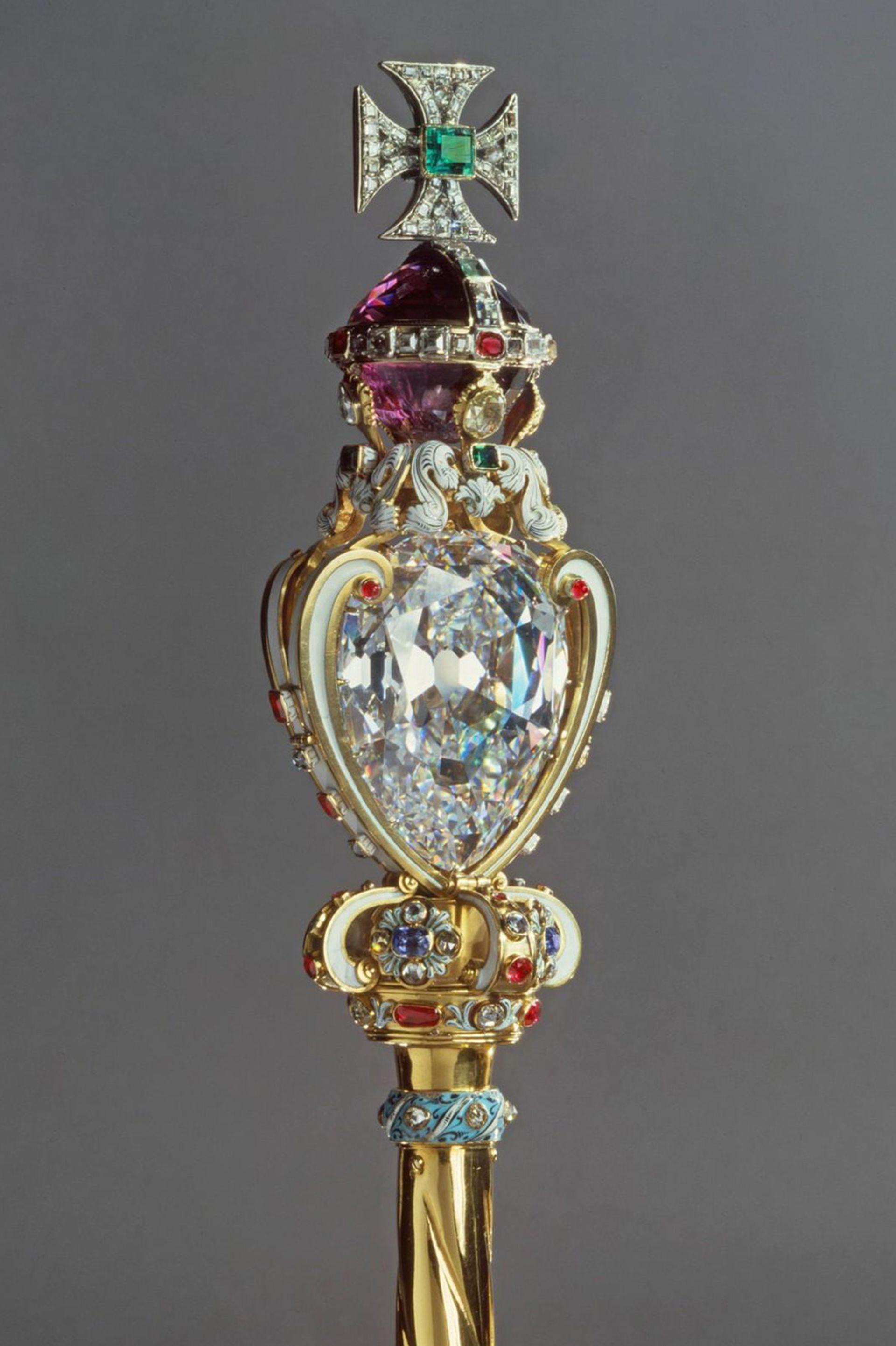 El Cullinan 1 en el Cetro del Soberano con cruz, realizado en 1661 para la coronación de Carlos II.