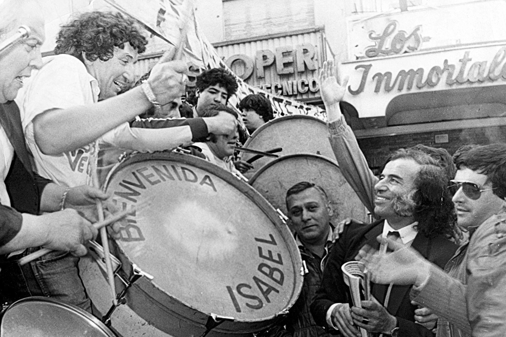 """Con """"El Tula"""", en 1983, el día en un acto para homenajear a Isabel Perón en su regreso a la Argentina"""