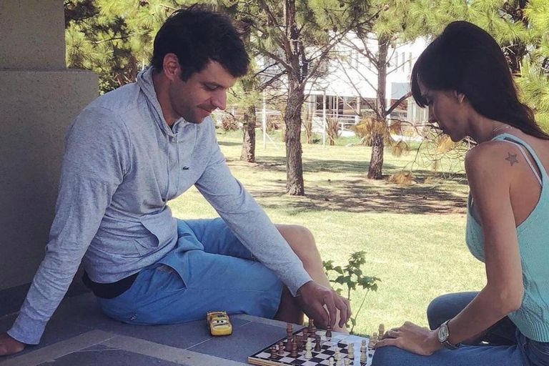 El marplatense Horacio Zeballos, número 3 del mundo en dobles, es fanático del ajedrez; aquí, jugando con su esposa, Sofía Menconi.