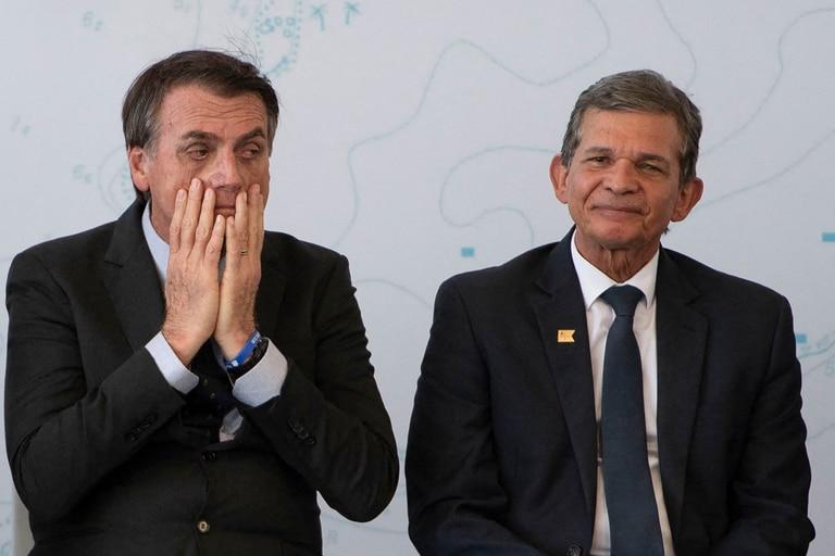En esta foto de archivo tomada el 14 de diciembre de 2018, el presidente de Brasil, Jair Bolsonaro, y el ministro de Defensa, el general Joaquim Silva e Luna, asisten a una ceremonia en una base naval en la ciudad de Itaguai, estado de Río de Janeiro