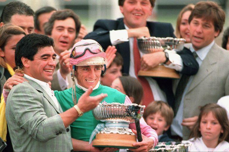 Maradona en Palermo, en la entrega de premios del Nacional de 1996, cuando Refinado Tom ganó la Triple Corona, con Jorge Valdivieso