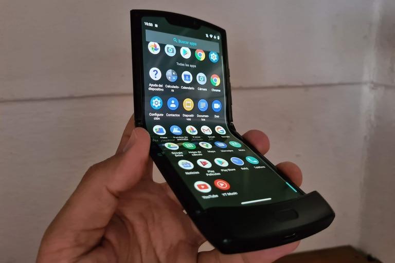 Hasta ahora, la industria ha optado por dos diseños: uno es el del clásico teléfono con tapita, con una bisagra que permite plegarlo en forma vertical