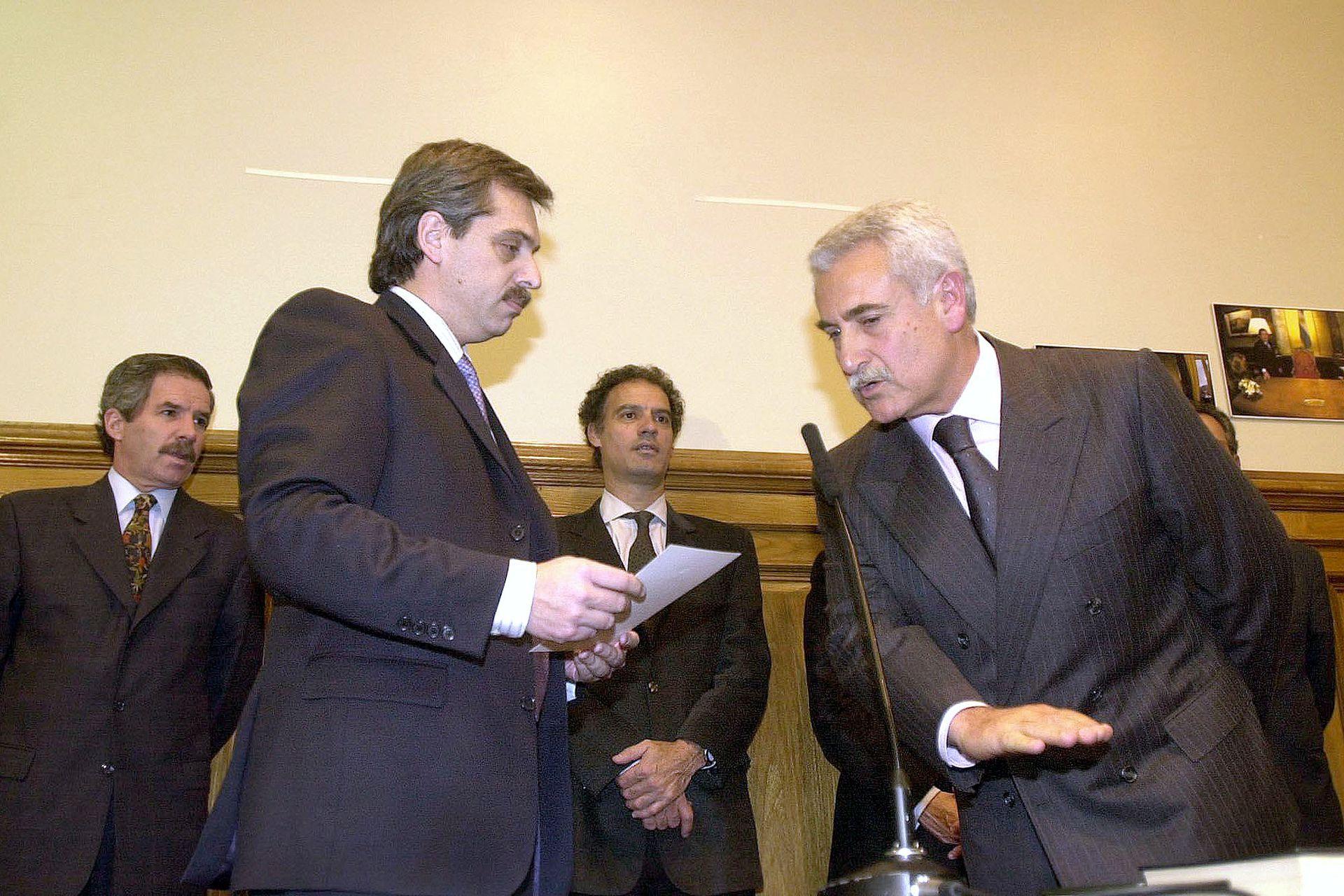 Alberto Fernández le toma juramento al nuevo secretario de Medios, José Albistur, el 6 de junio de 2003