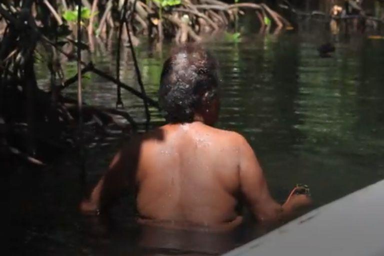 La selva sagrada solo permite el ingreso de mujeres desnudas. Aquellos hombres que se internan dentro de su territorio, son castigados y multados