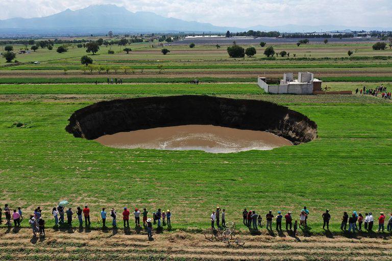 Los hbitantes de la zona se acercaron a ver el misterioso agujero