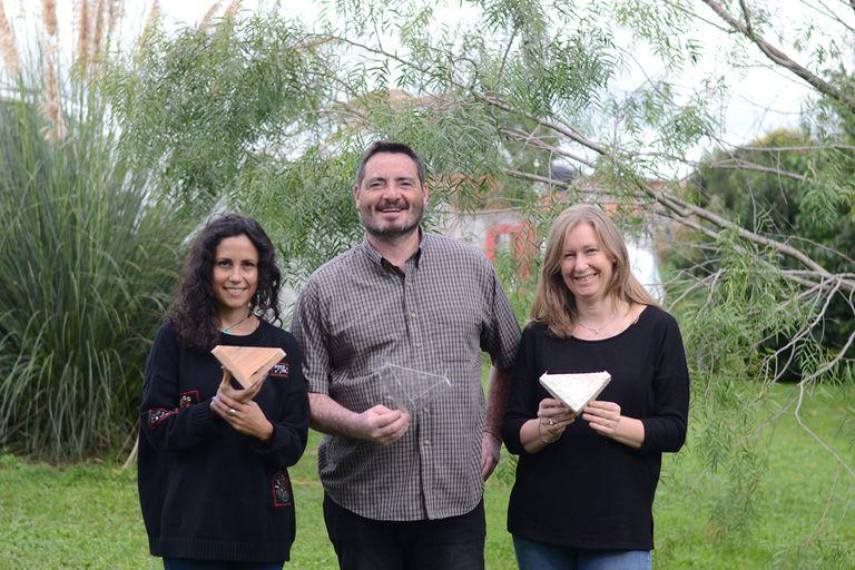Ayelén Malgraf, creadora de Fungipor (a la derecha) junto a dos colaboradores.