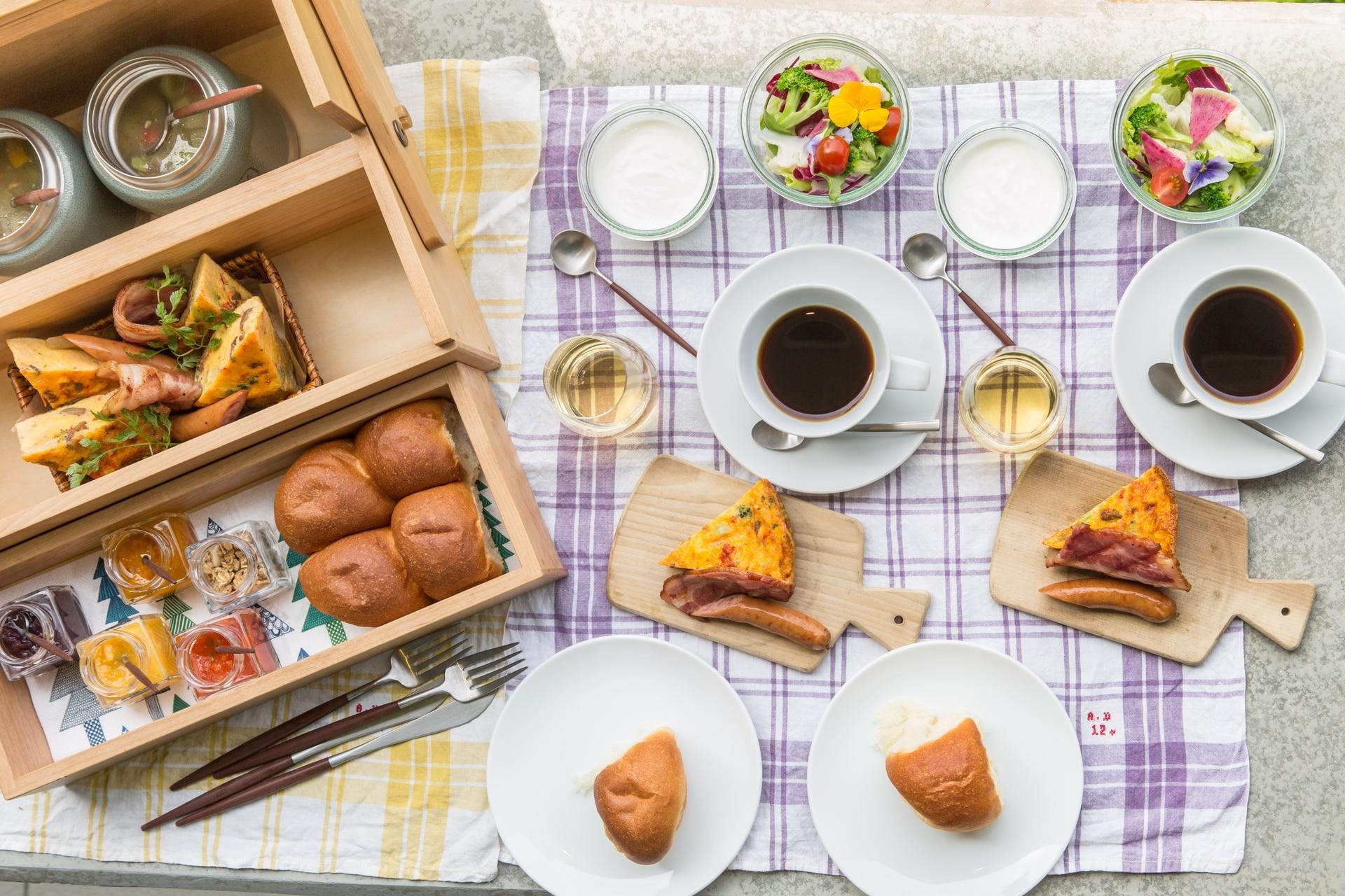 El desayuno servido en la terraza, plagado de tentaciones prolijamente ordenadas.