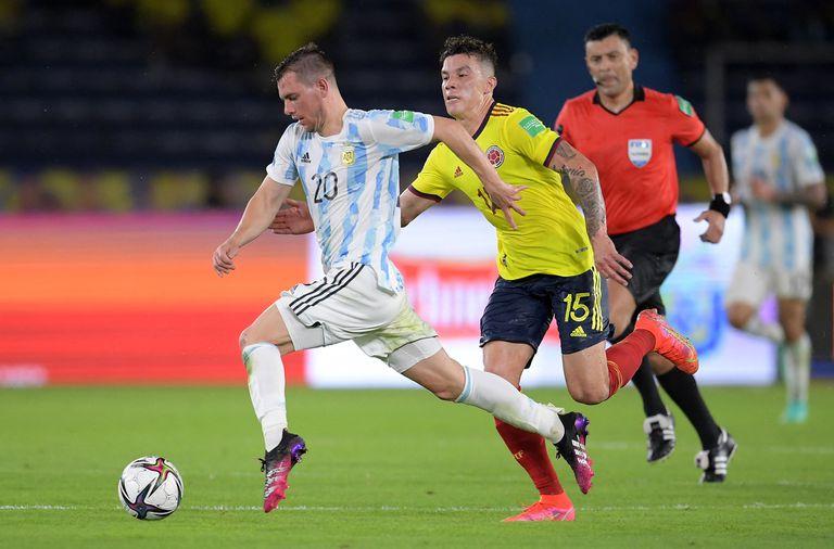 Giovani Lo Celso domina la pelota frente a Mateus Uribe: el volante aporta otro toque al mediocampo argentino.
