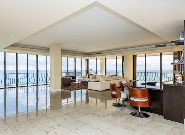 Penthouse que se vendió por 2,88 millones de dólares el mes pasado en la torre Champlain Tower en Surfside, que se derrumbó