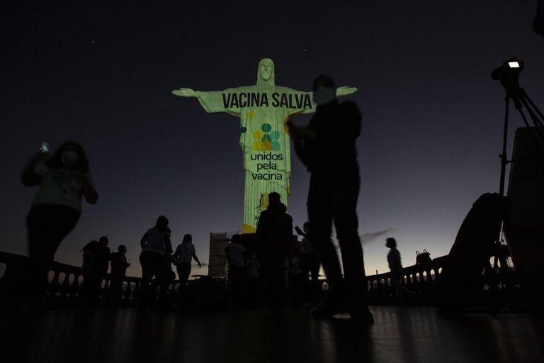 Ciudad de Brasil vacuna contra COVID a gente de 18 a 60 años