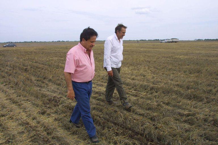 El expresidente Eduardo Duhalde en un campo con Carlos Reutemann