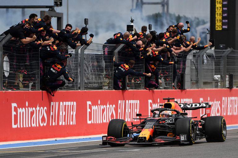 Los miembros del equipo de Red Bull celebran la victoria de Max Verstappen en el reciente Gran Premio de Francia de Fórmula 1; el neerlandés suma 26 podios con Honda, a cuatro del récord de Ayrton Senna