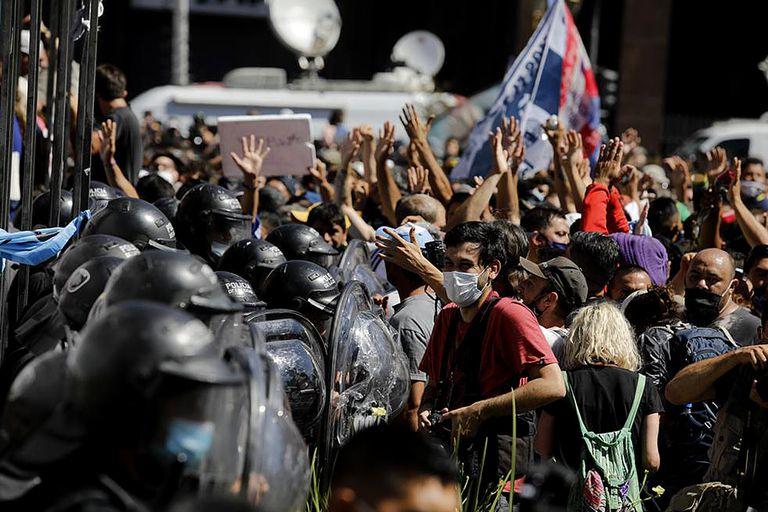 Enfrentamiento frente a las rejas de la Casa Rosada