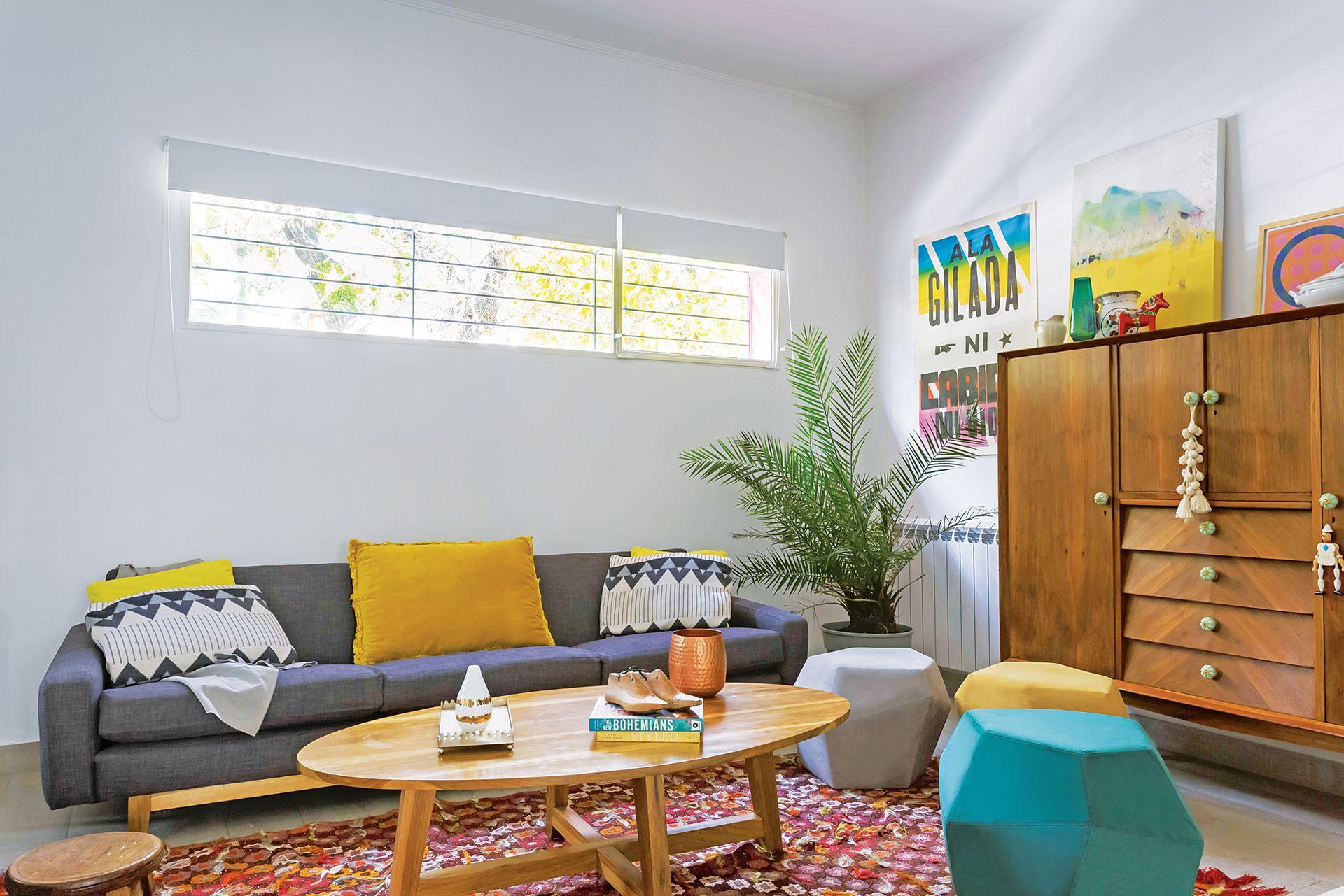 En el living, alfombra (Olivia D), mesa ratona de petiribí diseñada por Santiago y pufs geométricos en pana (Analía Espiga).