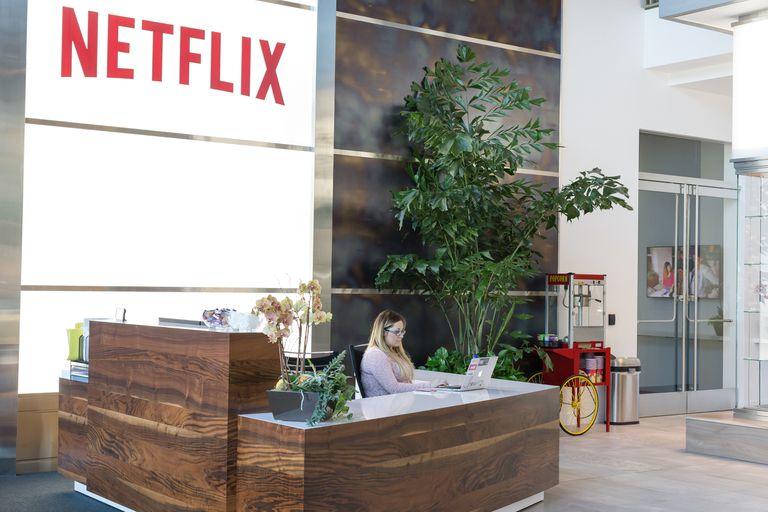 ¿El futuro de Netflix es negro? Una investigación periodística asegura que la compañía tiene una deuda de 20 mil millones de dólares