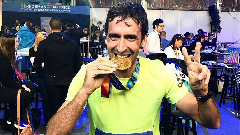 Raúl, feliz tras correr su primera maratón