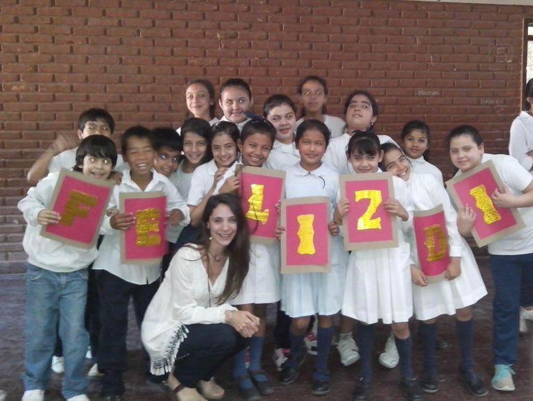 La agrónoma Demarco  junto a sus alumnos cuando enseñaba música