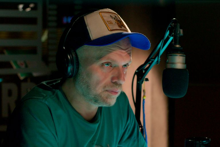 Varios son los puntos de contacto entre el Sebastián real y el de la ficción de Netflix, como el de conductor de radio