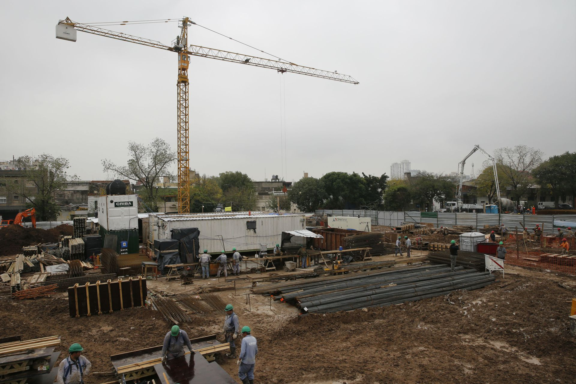 Obreros trabajan en las futuras viviendas