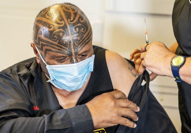 Rangi McLean, funcionario neozelandés, recibe una dosis de la vacuna contra el COVID-19
