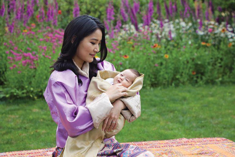 El año pasado, la reina celebró sus 30 con unas fotos en las que la familia real presentó a su segundo hijo, el príncipe Gyalsey Ugyen Wangchuck