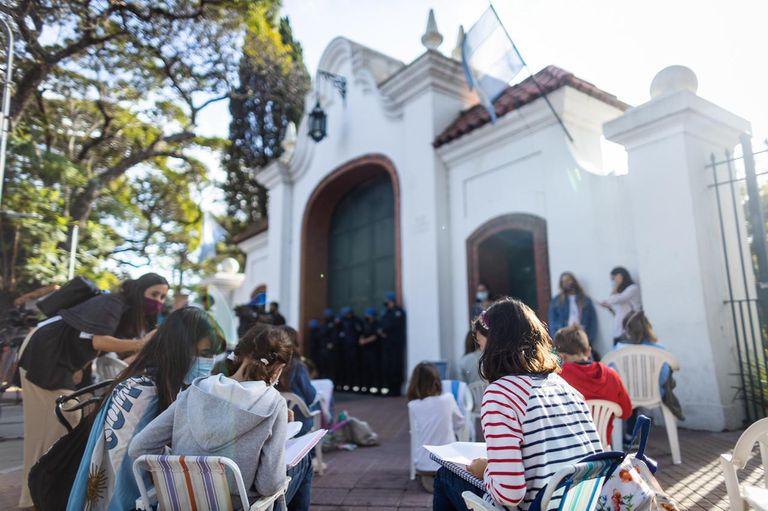 Clases abiertas en la puerta de la Quinta de Olivos fue una de las protestas de los padres organizados